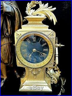 Ancienne pendule horloge au décor de René Descartes Régule doré XIX°