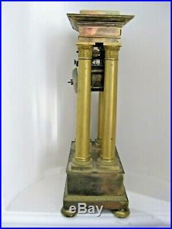 Belle pendule Empire, portique à 4 colonnes en bronze doré