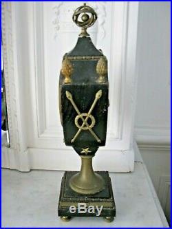 Belle pendule urne en bois noirci, bronze et laiton
