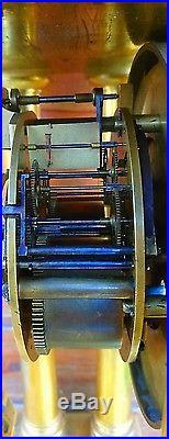 Grande Pendule portique en bronze régulateur échappement à chevilles