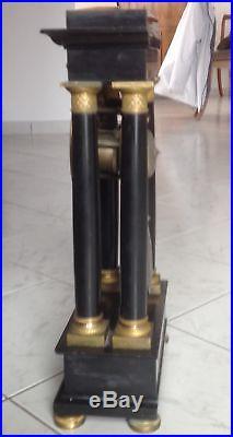 Grande pendule empire à colonne en marbre noir. A besoin d'une révision