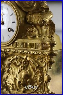 Grande pendule en bronze doré d'époque Romantique sous globe
