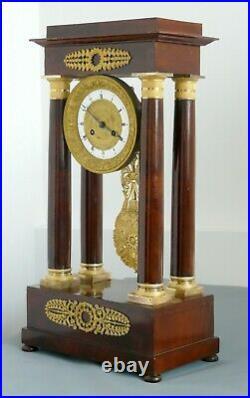 Grande pendule portique à colonnes en acajou et bronze doré