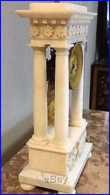 Grande pendule portique époque restauration en marbre blanc Carrare