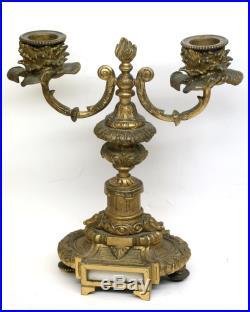 Jolie pendule en bronze doré à décor d'anges et ses candélabres. Style Louis XVI