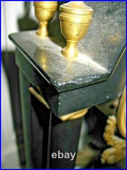 Jolie pendule portique 4 colonnes Empire en marbre noir et bronze doré
