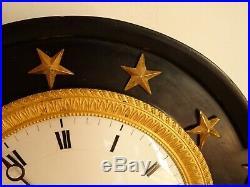 PENDULE A COLONNES EN MARBRE NOIR ET BRONZE DORE. XIX°. Portique, horloge