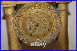 PENDULE A COLONNES époque EMPIRE en bronze doré à restaurer