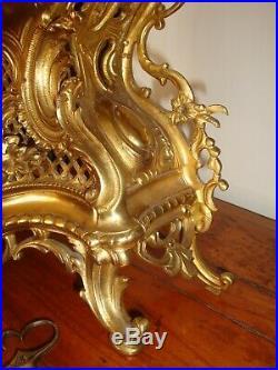 PENDULE EN BRONZE DORE DE STYLE L XV, 19e. H. 42 cm