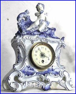 PENDULE HORLOGE Porcelaine, Céramique STYLE GALLÉ sujet damour au chat. XIX ème