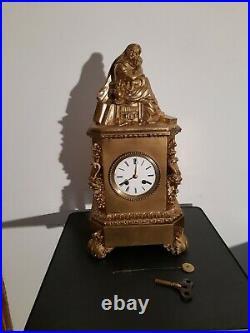 Pendule En métal doré. No bronze