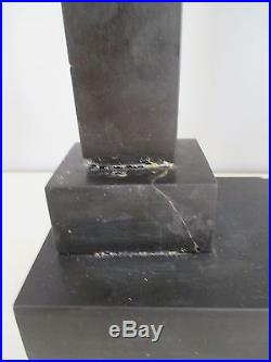 Pendule Portique Empire a colonne en marbre noir et bronzes ciselés et dorés