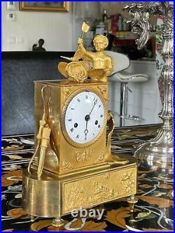 Pendule d'époque Empire en bronze doré décor Amour du papillons