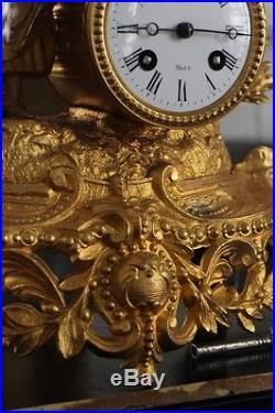 Pendule en régule doré sous globe verre soufflé XIXe Napoléon III