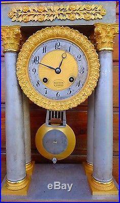 Pendule portique a colonnes en bronze argenté et doré XIX ÈME