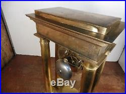 Pendule portique laiton ou bronze dore suspension a couteau fonctionne sonne