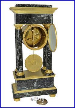 Pendule portique marbre. Kaminuhr Empire clock bronze horloge antike