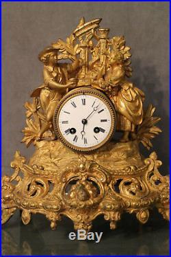 Pendule romantique métal doré 19e Napoléon 3 au couple de personnages aux ruines
