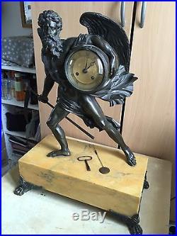 rare pendule en bronze et marbre jaune ancienne chronos horloges pendules. Black Bedroom Furniture Sets. Home Design Ideas