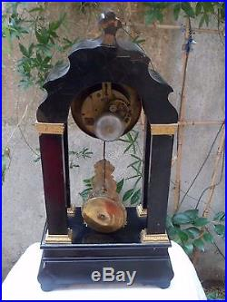 SOMPTUEUSE pendule portique décor de nacre. 58 cm, horloge joli balancier