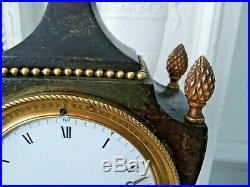 Superbe pendule urne d'époque Empire à décor de sphère armillaire