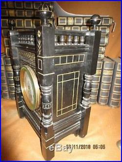 Très belle pendule ancienne en bois noirci / galerie dessus / 4 colonnes / signé
