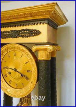 Très gde pendule portique Empire Restauration, bronze doré & patiné, XIXe siècle